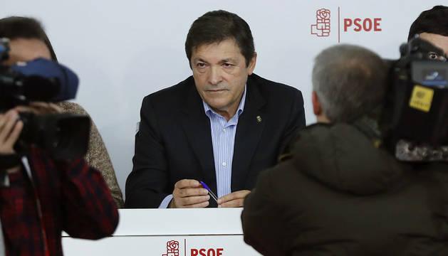 El presidente de la gestora del PSOE, Javier Fernández, al inicio de la reunión del Comité Federal del PSOE.