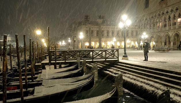 Góndolas cubiertas por la nieve en Venecia.
