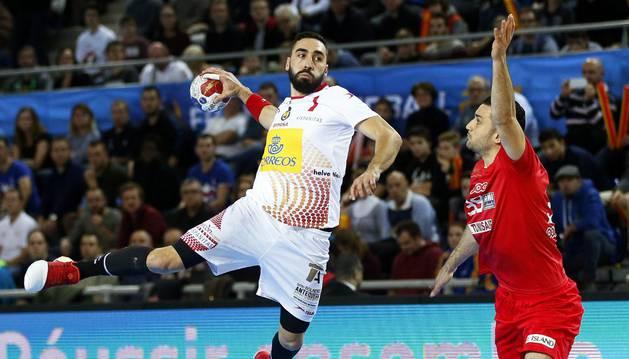 Valero Rivera realiza un lanzamiento durante el partido contra Túnez
