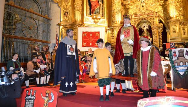 David Rotari Marina es alzado sobre el pavés por los infanzones y los miembros de la nobleza, imitando la ceremonia de coronación del siglo XIV.