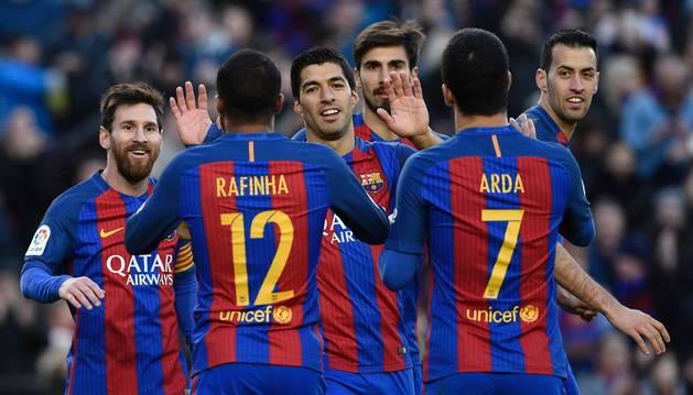 Luis Suárez celebra uno de sus goles con sus compañeros