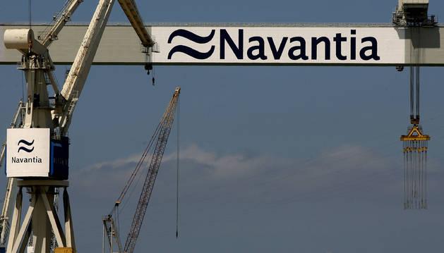 Grúas en el astillero público de Navantia.