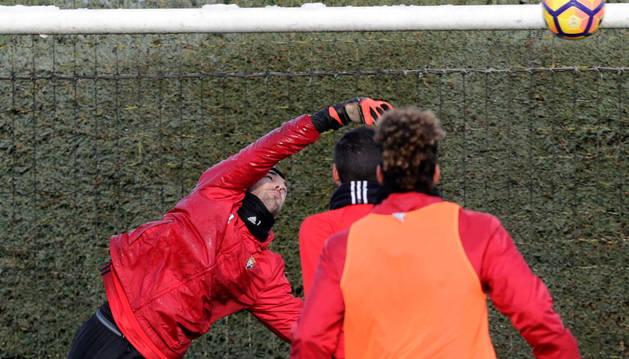 Mario, que se encuentra ya totalmente recuperado del golpe que sufrió en Eibar, realiza una parada durante el entrenamiento de ayer.