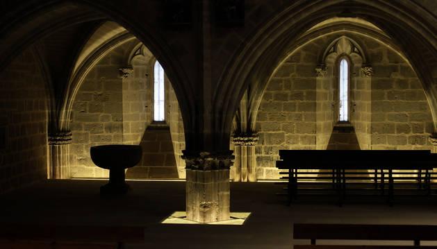 Detalle del templo de Santa María de Ujué, con la pila bautismal a la izquierda de la imagen.
