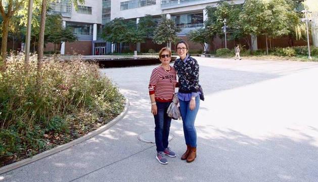 Marta Celorrio posa junto a su madre, ante su lugar de trabajo en San Luis.