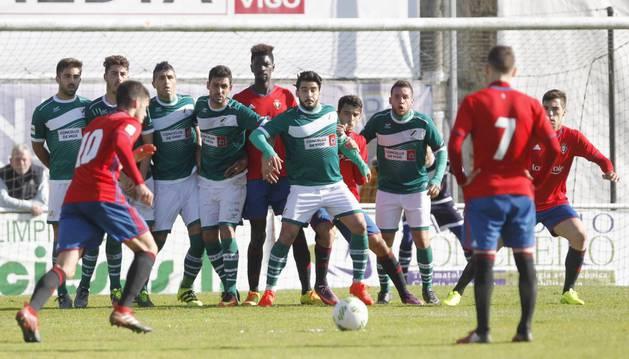 Miguel Díaz realiza un saque de falta ante la defensa rival