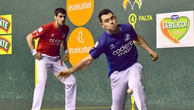 Erik Jaka golpea durante el partido de ayer en el Adarraga,  el guipuzcoano no estuvo fino ayer en el Adarraga logroñés
