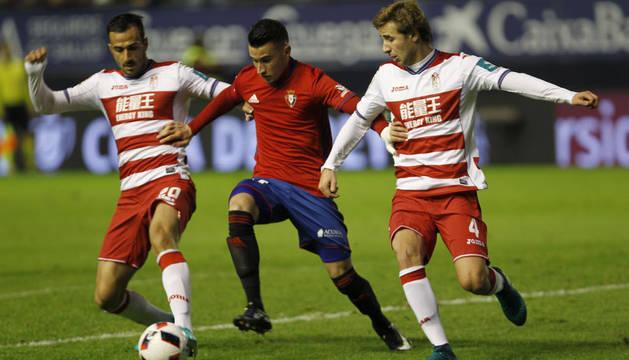 Berenguer conduce el balón entre dos rivales del Granada