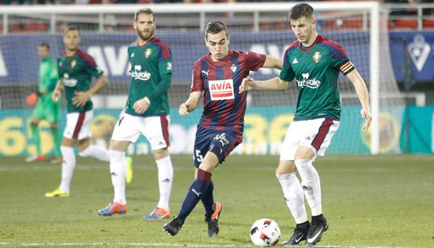David García controla el balón en presencia de un rival del Eibar