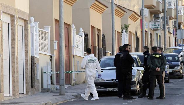 Agentes de la Guardia Civil ante la vivienda de Huércal de Almería donde se ha encontrado el cuerpo de la mujer.