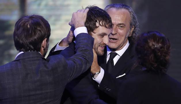 Imagen del actor José Coronado (d) entrega al director Raúl Arévalo (c) el premio al mejor Largometraje de Ficción y Animación, por la película