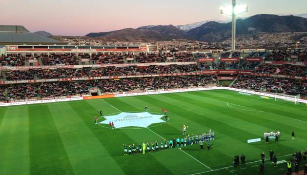Los jugadores de Osasuna y Granada sobre el terreno de juego. En la parte inferior se puede ver la doble línea.
