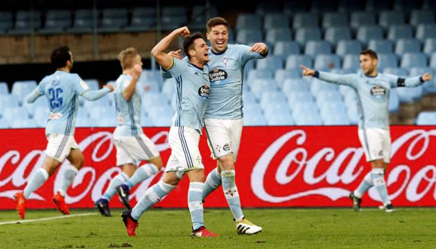 Nemanja Radoja celebra con su compañero el gol marcado ante el Alavés