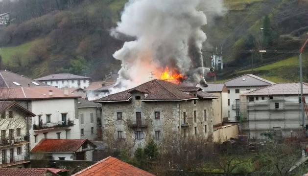 Imagen del Incendio en el tejado de Goizueta.