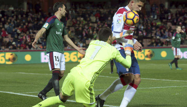 Mario atrapa un balón en presencia de Unai García y de un rival del Granada