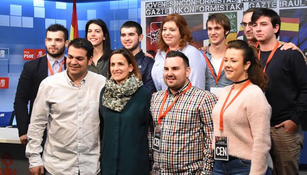 Miembros de Juventudes Socialistas junto a Maria Chivite.