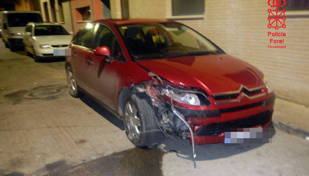 Estado del vehículo estacionado en Ribaforada tras sufrir el choque.