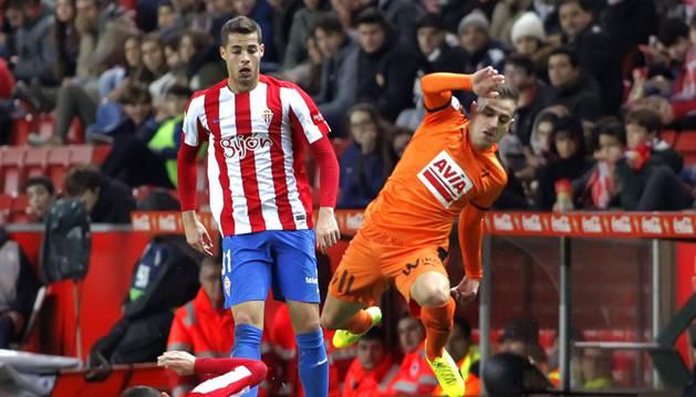 Nacho Cases lucha el balón con Rubén Peña