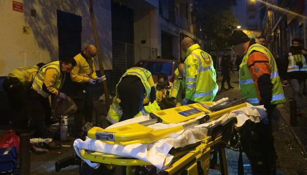 Efectivos del Samur practican maniobras de reanimación al joven dominicano que ha fallecido en Madrid.