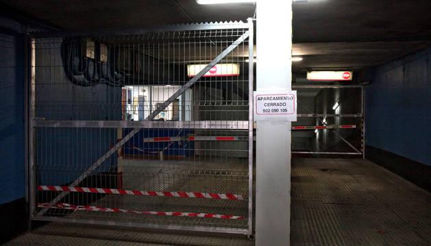 Imagen de la entrada al aparcamiento con un cartel que informa que está cerrado.