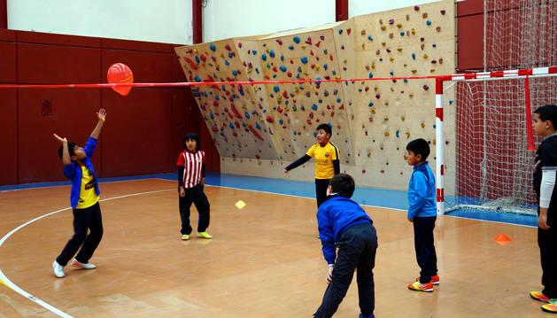 Varios niños realizan un ejercicio durante la sesión de voleibol.