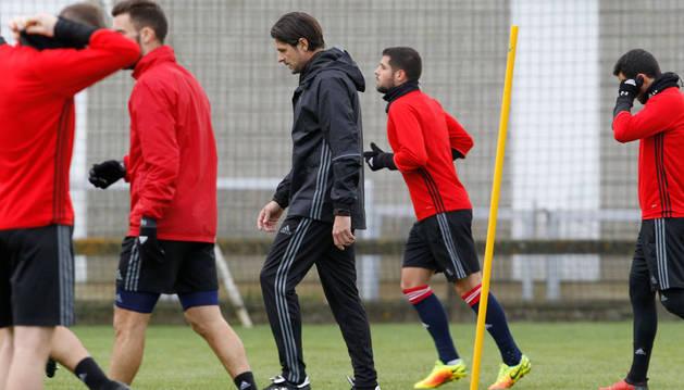El técnico de Osasuna Pedja Vasiljevic, pensativo, durante uno de los entrenamientos de la semana pasada en las instalaciones deportivas de Tajonar.