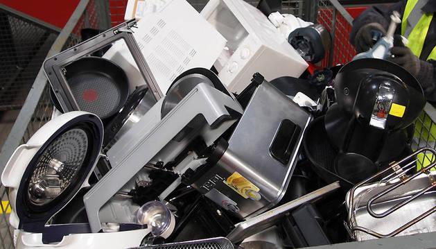 Un operario clasifica aparatos electrónicos.