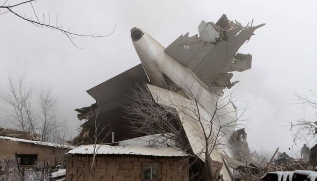Imagen de los restos del avión en el lugar del accidente en Kirguistán.