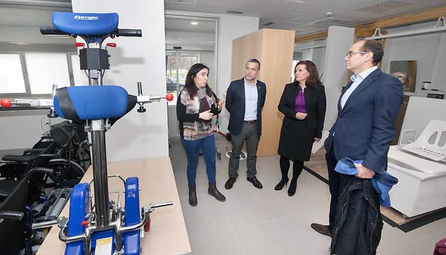 El vicepresidente Laparra, junto a la responsable del centro y los representantes de la Obra Social La Caixa y Fundación Caja Navarra, que han aportado 50.000 euros.