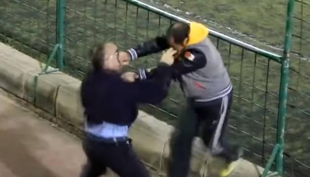 Captura del vídeo en el que se ve a los padres pegándose.