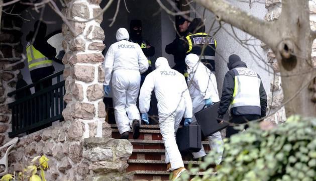 El equipo forense de la Policía Nacional accede a la vivienda donostiarra en la que ha sido detenido un presunto yihadista.