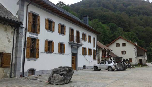 Edificio conocido como el Palacio del conjunto de la fábrica de armas de Orbaizeta tras ser restaurado.