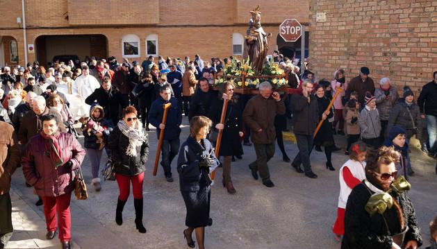 La imagen de San Antón desfila rodeada de vecinos por las calles de Buñuel durante la procesión.