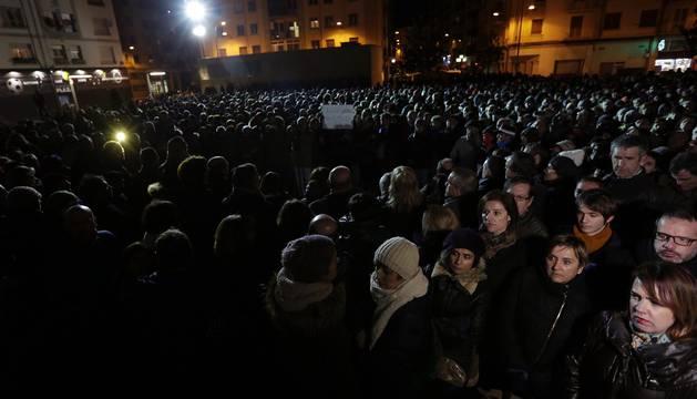 Más de un millar de personas se han citado en la Plaza de las Eras de la localidad en repulsa del crimen contra Blanca Esther Marqués.