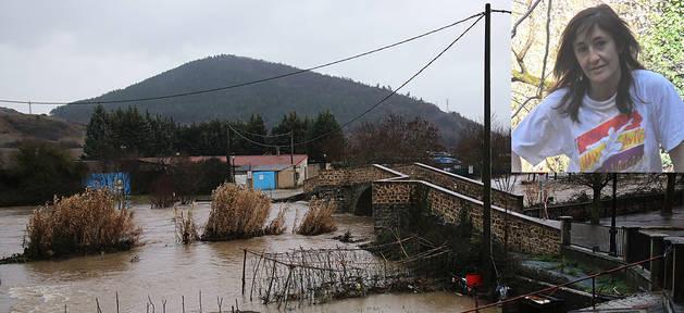 El hombre confesó en Policía Nacional que el domingo antes del amanecer arrojó el cuerpo de la mujer (arriba a la derecha) al río Ulzama desde este puente de Arre.