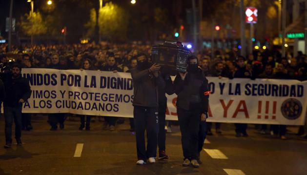 Medio millar de policías se manifiestan en Barcelona para exigir respeto