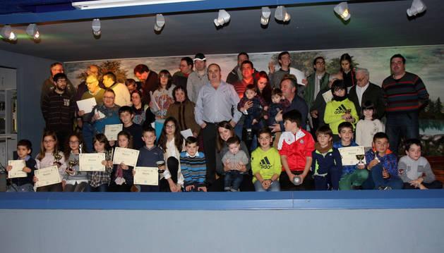 Imagen de los participantes en el certamen y premiados junto con los miembros del colectivo en el acto.