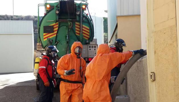 Imagen de los bomberos tratan de limpiar la zona.
