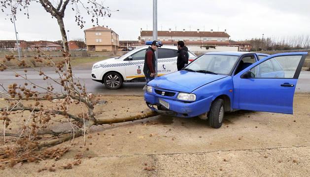 Imputado en Castejón por conducir sin carné tras chocar contra un árbol