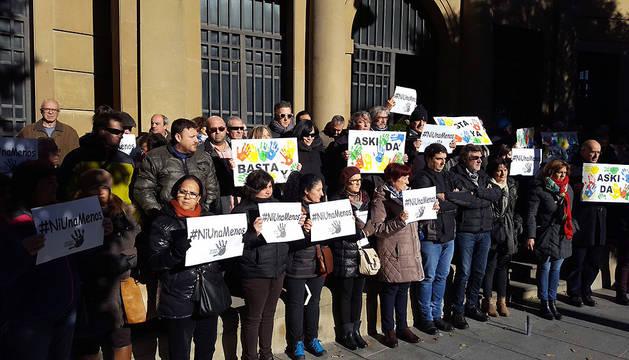 Un momento de la concentración de este martes en la sede de CC OO Navarra.