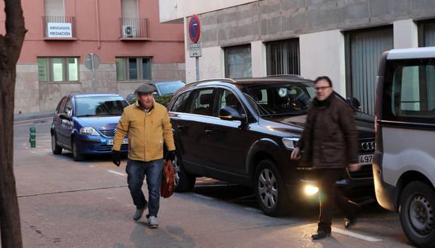 John Clarkson, a la izquierda, llega a su hotel en Tudela con el presidente del Tudelano, Jesús Miranda.