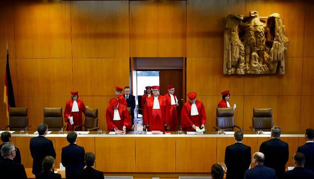 Imagen del presidente de la Corte Constitucional de Alemania, Andreas Vosskuhle, llega al veredicto de la corte sobre el intento de los 16 estados federales del país de prohibir el NPD de extrema derecha en Karlsruhe (Alemania)