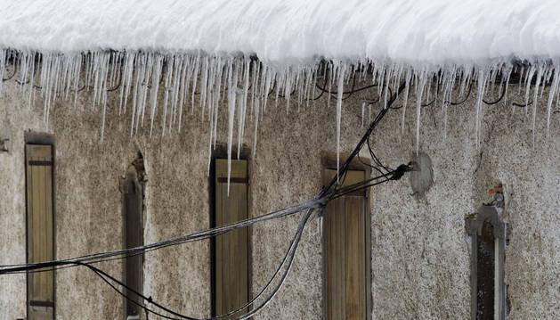 Carámbanos de hielo en una vivienda en Roncesvalles.