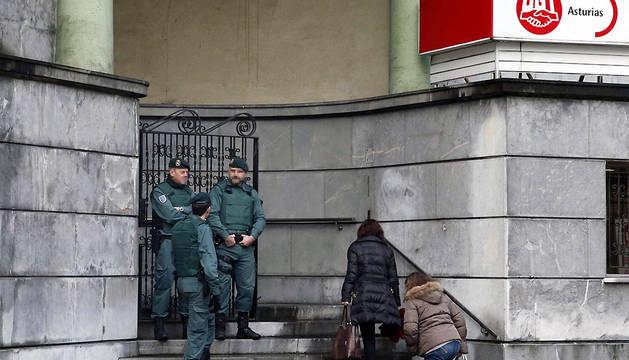 Agentes de la Unidad Central Operativa (UCO) de la Guardia Civil registran la sede del sindicato UGT, en Oviedo.