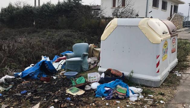 Objetos voluminosos y basura de todo tipo en un punto de contenedores de Ayegui de la subida a Bordonabe.