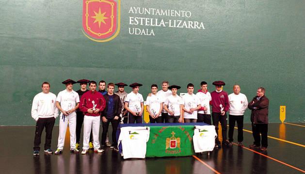 Los ganadores y los finalistas de la decimocuarta edición del torneo de pelota Cuatro y Medio Suministros Monjardín-Urbasa en el frontón Remontival de Estella.