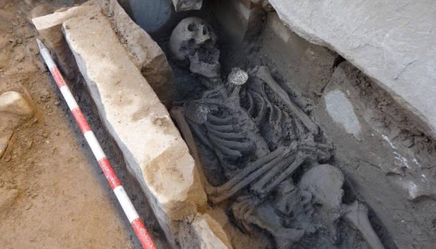 Cuerpo exhumado que presentaba dos conchas en los hombros.