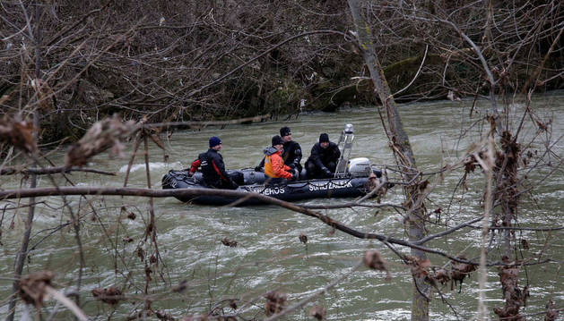 Los bomberos pudieron ayer rastrear el río en lancha.