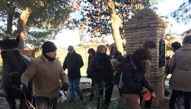 Imagen de los asistentes, que dieron las habituales vueltas al monolito del santo con sus mascotas