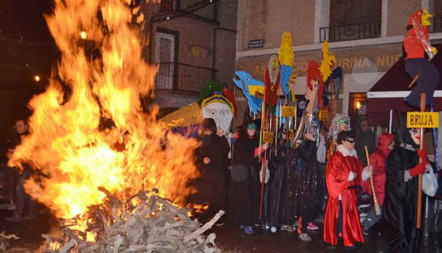 Imagen de Mendavia, un grupo de brujas, acompañadas por los vecinos y la charanga  Nueva Alegría, bailaron alrededor de las piras.